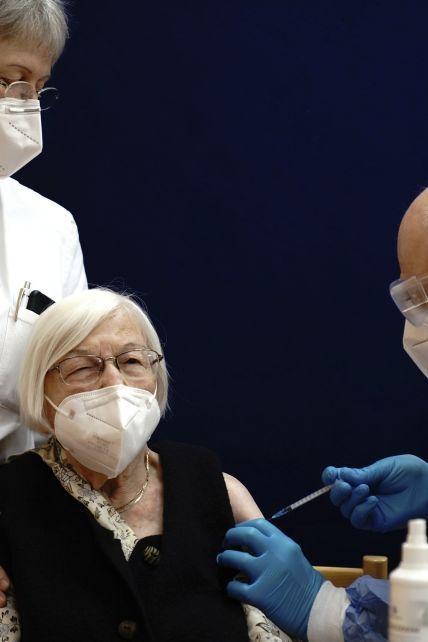 В Європі почалася масова вакцинація від коронавірусу: як це відбувається у різних країнах