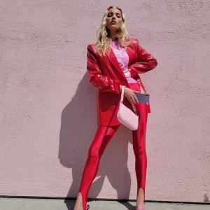 Сочетала красный и розовый: Эльза Хоск показала необычный весенний аутфит