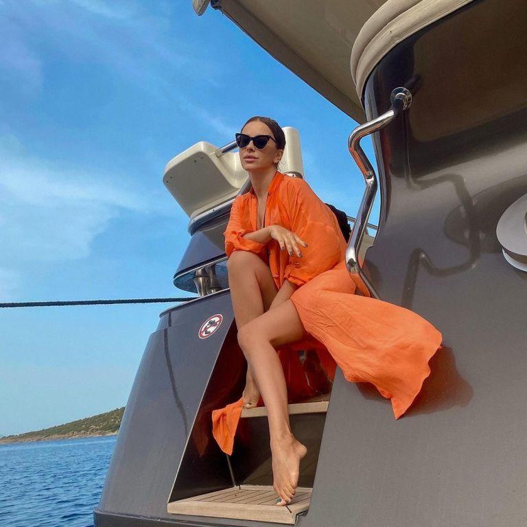 Ані Лорак у відвертому купальнику позасмагала на яхті