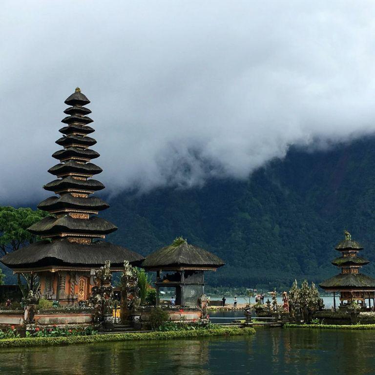 Робота з пляжу: Індонезія відправить держслужбовців з Джакарти на дистанційку на Балі