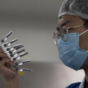 Експерти в Китаї схвалили вакцину Sinopharm, яка захищає від коронавірусу на 79%