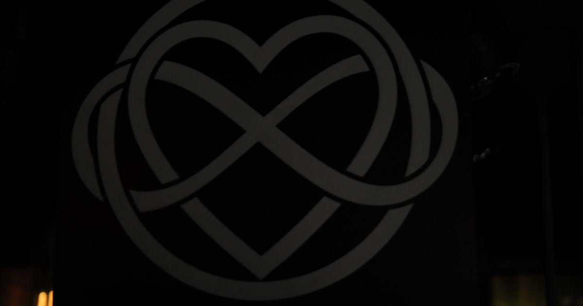 """Спеціальний знак """"безкінечної любові"""" / © ТСН.ua"""