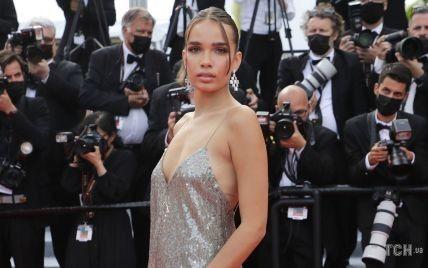 В платье с пайетками и глубоким декольте: Хана Кросс вышла на дорожку в красивом луке