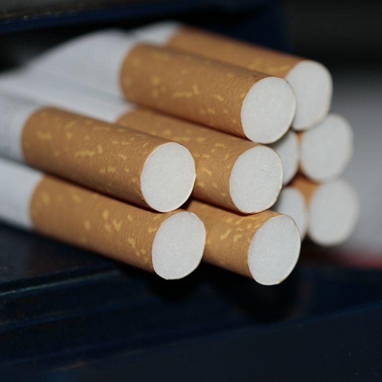 В Україні можуть заборонити продавати сигарети і алкоголь в магазинах: до Ради внесли законопроєкт