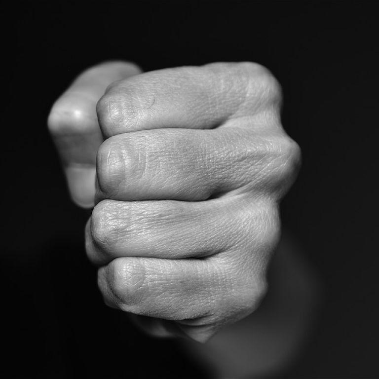 Кривдника 14-річної дівчини в Харкові змусили стати на коліна