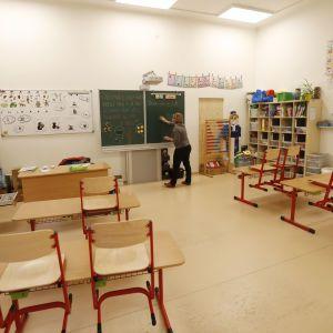 Відводила за шафу та лупцювала: у Львові звільнили вчительку, яка знущалась із першокласників