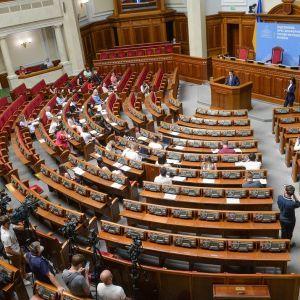 """""""Спланували вже турбовідпустку"""": парламентарі """"посварилися"""" з Разумковим, бо не хочуть працювати на канікулах"""