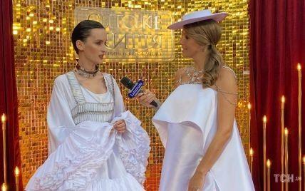 В коротком платье с рюшами и топе-кольчуге: солистка Go_A в эффектном луке дала интервью Кате Осадчей