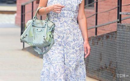 У красивій сукні, але з дивною сумкою: Нікі Гілтон заскочили на прогулянці
