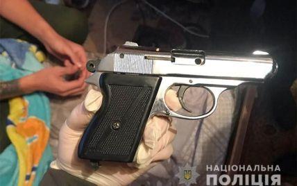 У Хмельницькому двоє молодиків влаштували стрілянину з вікна квартири, їх затримали (фото)