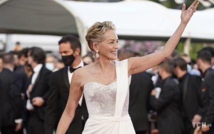 В белом наряде со стразами и шлейфом: Шерон Стоун произвела впечатление на красной дорожке в Каннах