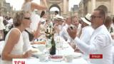 Тысячи французов собрались в Париже на традиционный белый ужин