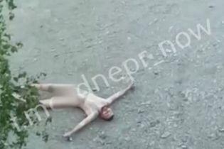 В центре Днепра заметили голого мужчину, который катался по асфальту: обнародовано видео