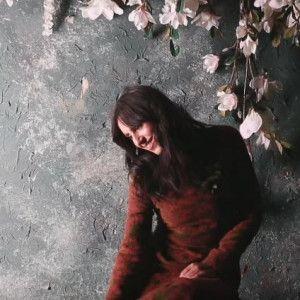 Ефектна Джамала постала в романтичній фотосесії посеред квітів