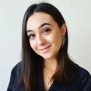 З екстравагантними сережками та красивим букетом: прессекретарка Зеленського поділилася новою світлиною