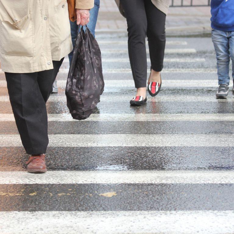 В Киеве водитель машины автошколы вылетел на тротуар и наехал на пешехода