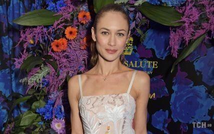 """У сукні з красивою аплікацією: """"дівчина Бонда"""" Ольга Куриленко відвідала модний показ в Лондоні"""