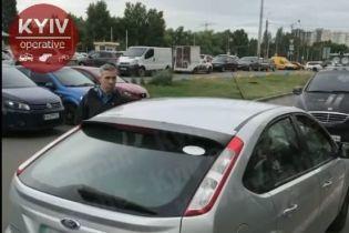 У Києві таксист забризкав пасажирку з 6-річною дитиною газовим балончиком: відео