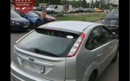 В Киеве таксист забрызгал пассажирку с 6-летним ребенком газовым баллончиком: видео
