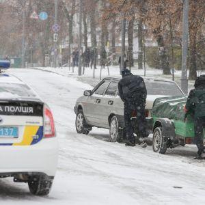 Київ у снігу: сьогодні на дорогах сталося понад 150 ДТП