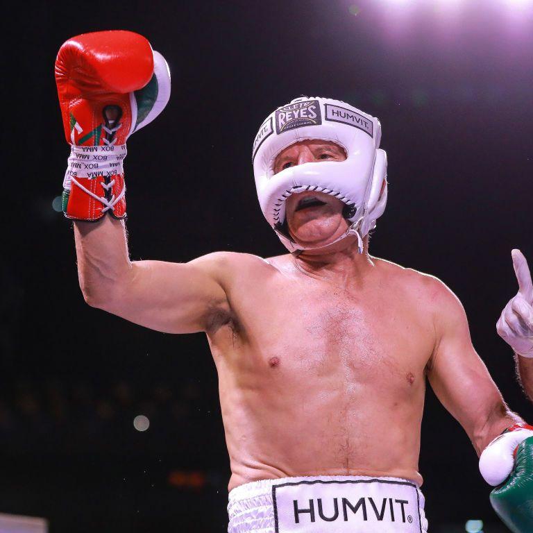 Легендарний боксер феєрично повернувся в ринг у 58 років: провів бій проти сина свого колишнього суперника (відео)