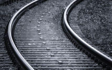 Вибігла на колію і лягла на рейки: під Дніпром жінка кинулася під потяг