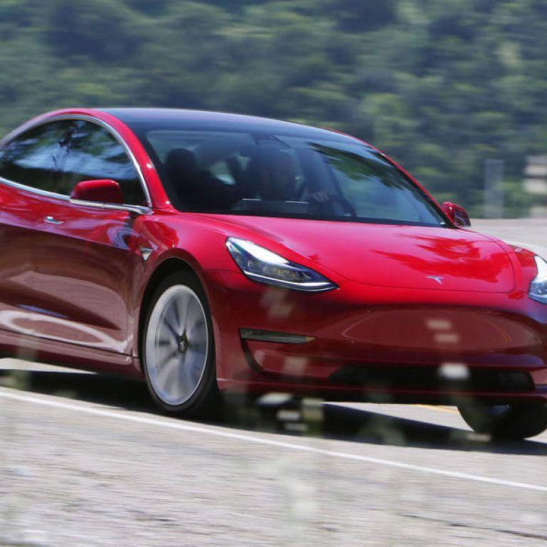 Сеть поразило видео, как автопилот Tesla сошел с ума от грузовика с неработающими светофорами