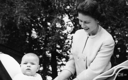 На прогулянці з дітьми: якою мамою була королева Єлизавета II в молоді роки