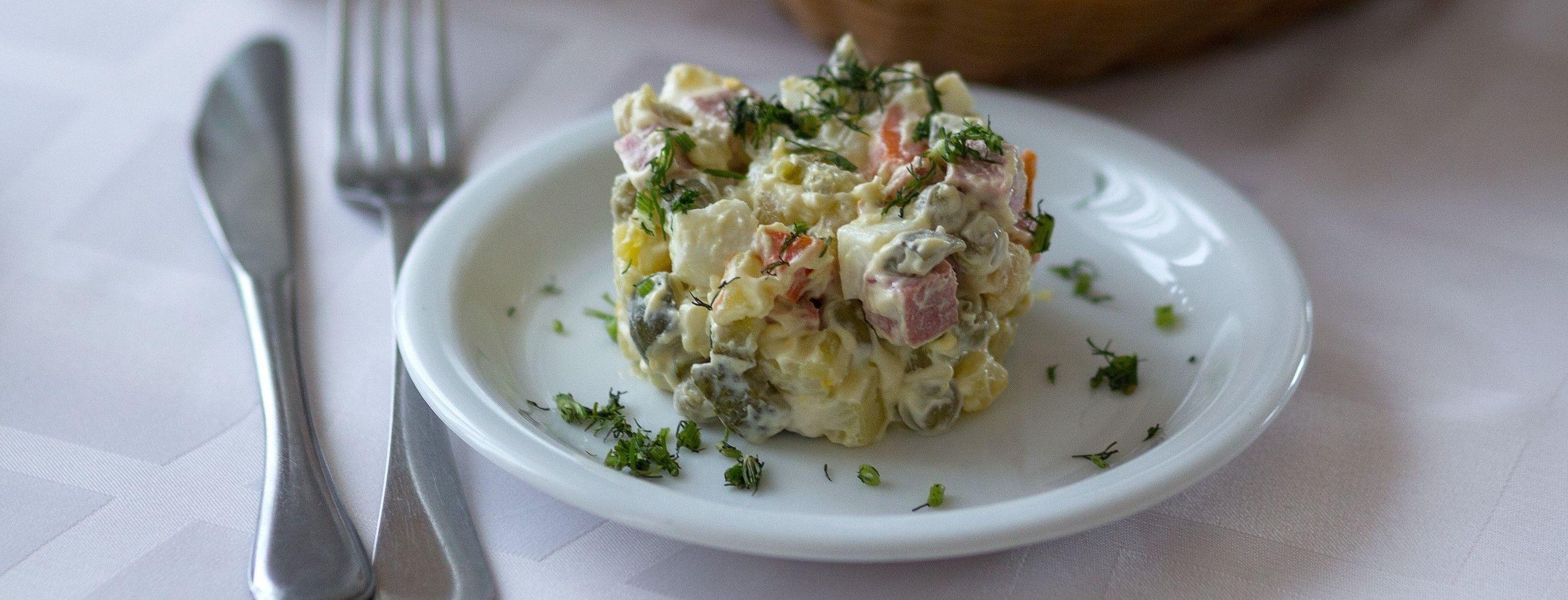 Головний салат зими: 4 оригінальних рецепти салату олів'є
