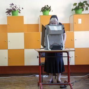 Парламентские выборы в Болгарии: победила партия телеведущего и певца