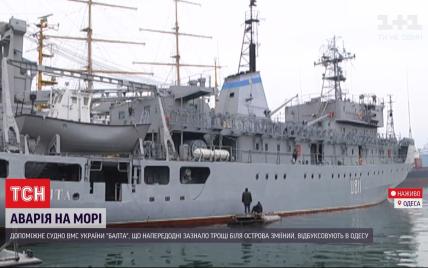 Море кинуло на металеві конструкції й пробило корпус: подробиці рятувальної операції військового судна