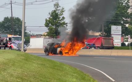 В США настойчивость водителя Tesla спасла владельца BMW, который сгорел: видео
