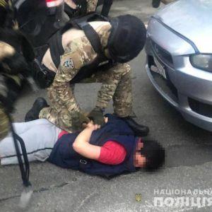 Заштовхали до автівки та побили: у Києві викрали жінку і вимагали віддати борг, якого не існує
