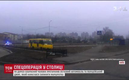 У Мережі публікують відео гонитви поліцейських за озброєним втікачем на маршрутці