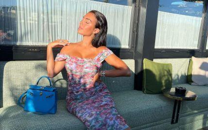 В цветочном платье с обнаженными плечами: Джорджина Родригес засветила следы от купальника
