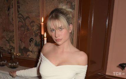 Оголила плечі: Лотті Мосс у сукні з драпуванням і пікантним декольте сходила на вечірку