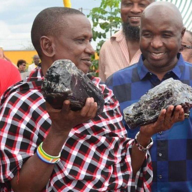 В Африці дрібний шахтар миттю став мільйонером, знайшовши дорогоцінні камені рекордної ваги