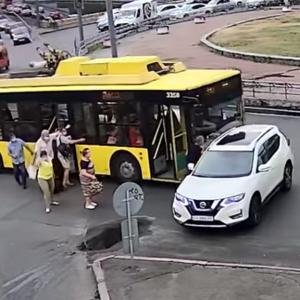 """В Киеве пассажиры толкали троллейбус и """"въехали"""" в Nissan: видео"""