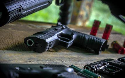 В США женщины почти сравнялись с мужчинами в покупке оружия: что произошло