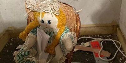 """""""Я вбила попередніх власників"""": чоловік знайшов у стіні свого будинку ляльку з моторошною запискою"""