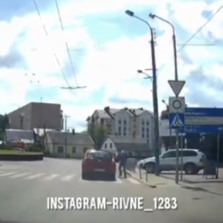 Чоловік схопився за стовп і ковзнув на землю: у Рівному водій збив пішохода і навіть не зупинився (відео)