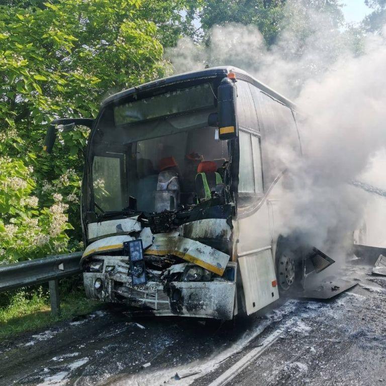 Зіткнулись та спалахнули: в Росії в ДТП потрапили автобуси, які везли дітей з відпочинку, багато потерпілих (фото)