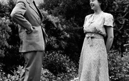 Королева Єлизавета II показала рідкісний сімейний кадр з батьком, чоловіком і сином