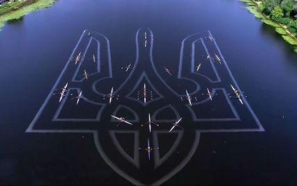 Гребцы создали на Днепре гигантский герб из лодок