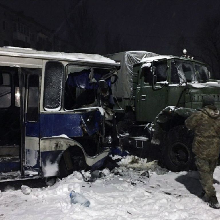 На Донетчине военный КрАЗ столкнулся с автобусом с шахтерами - восемь человек травмированы