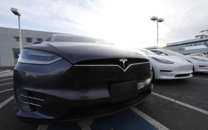 У США аферист впав під колеса Tesla і заявив, що його збили: камера машини показала, що він інсценував це