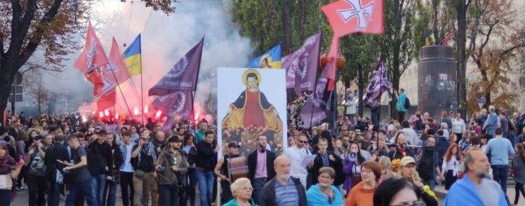"""На Крещатике участники марша """"Нет капитуляции"""" бросали петарды и дымовые шашки"""