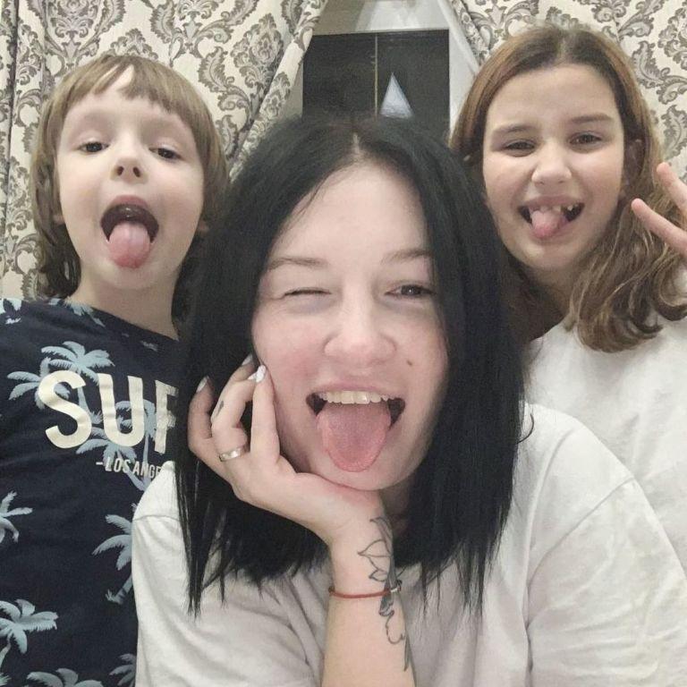 Анастасія Приходько в оточенні трьох своїх дітей записала кумедне відео