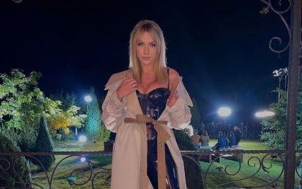 Леся Никитюк в латексном комбезе эротично попозировала с шаурмой в руках