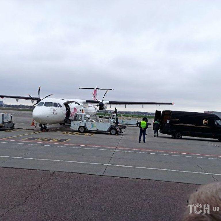 Самолет с вакциной на борту встречали представители ЮНИСЕФ, пограничники с собакой и журналисты